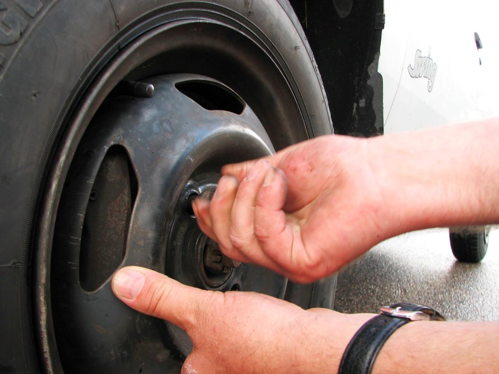 Eine Person wechselt einen Reifen