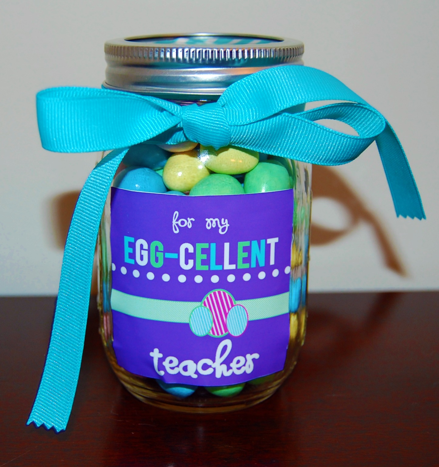 Sassy sites easter teacherneighbor gifts detail oriented diva shares this cute easter gift jar idea for an egg cellent teacher negle Image collections