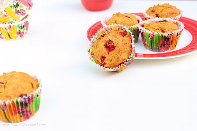 cranberry pumpkin muffins | Roxanashomebaking.com
