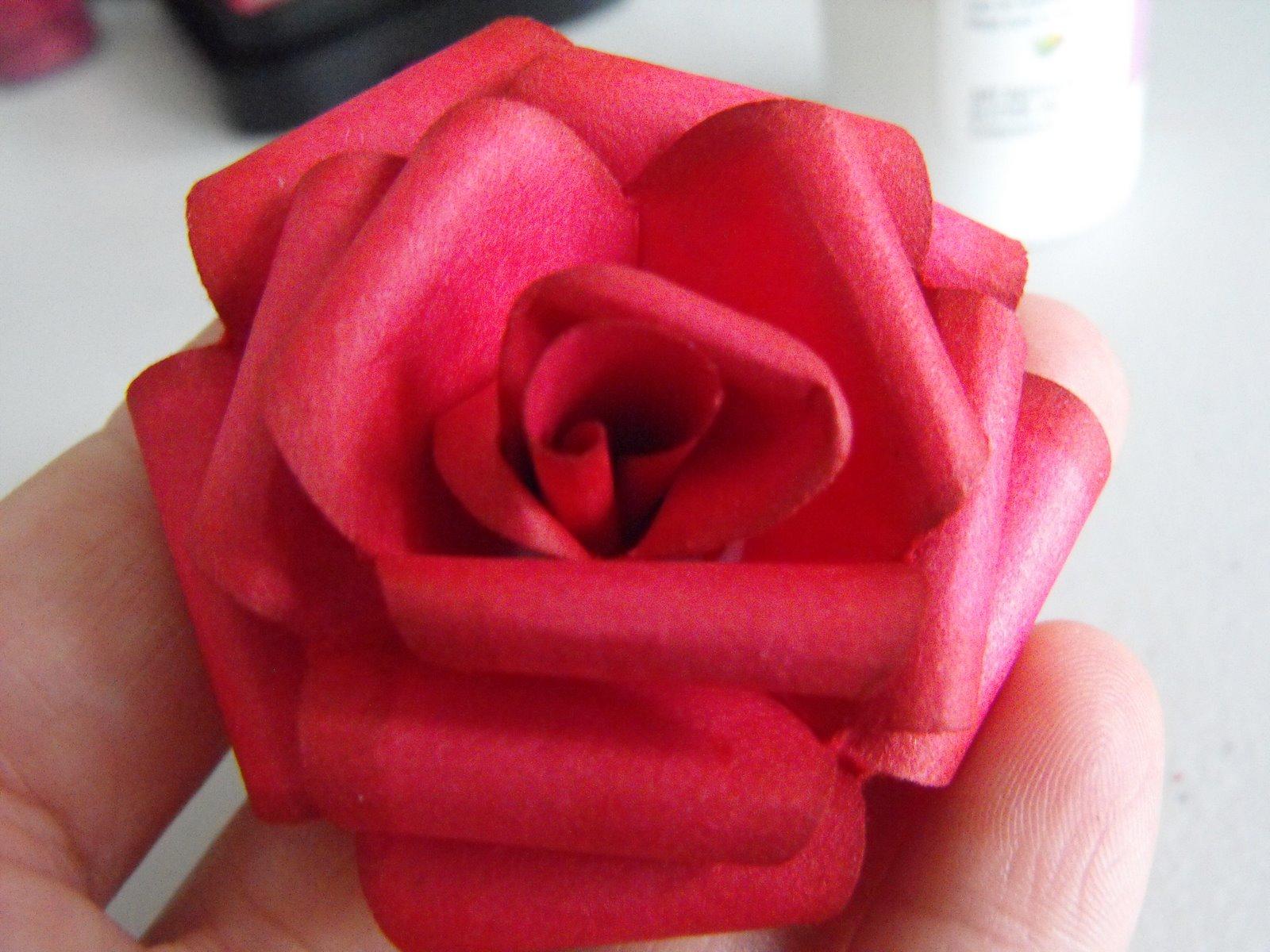 Роза из цветной бумаги своими руками фото поэтапно
