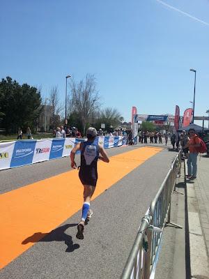 Triatleta llegando a meta.