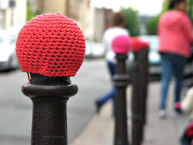 yarnbombing paris crochet rouge bonnet de poteau voyageur street art yarn laine fun
