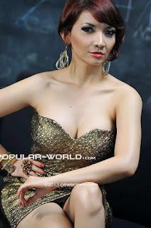 Roro Fitria Model Majalah Popular World, Januari 2013