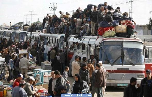 Imagem que mostra muitos ônibus lotados. A maioria tem gente em cima do teto. É um comboio de ônibus em fila com muita gente dentro, em cima e na estrada.