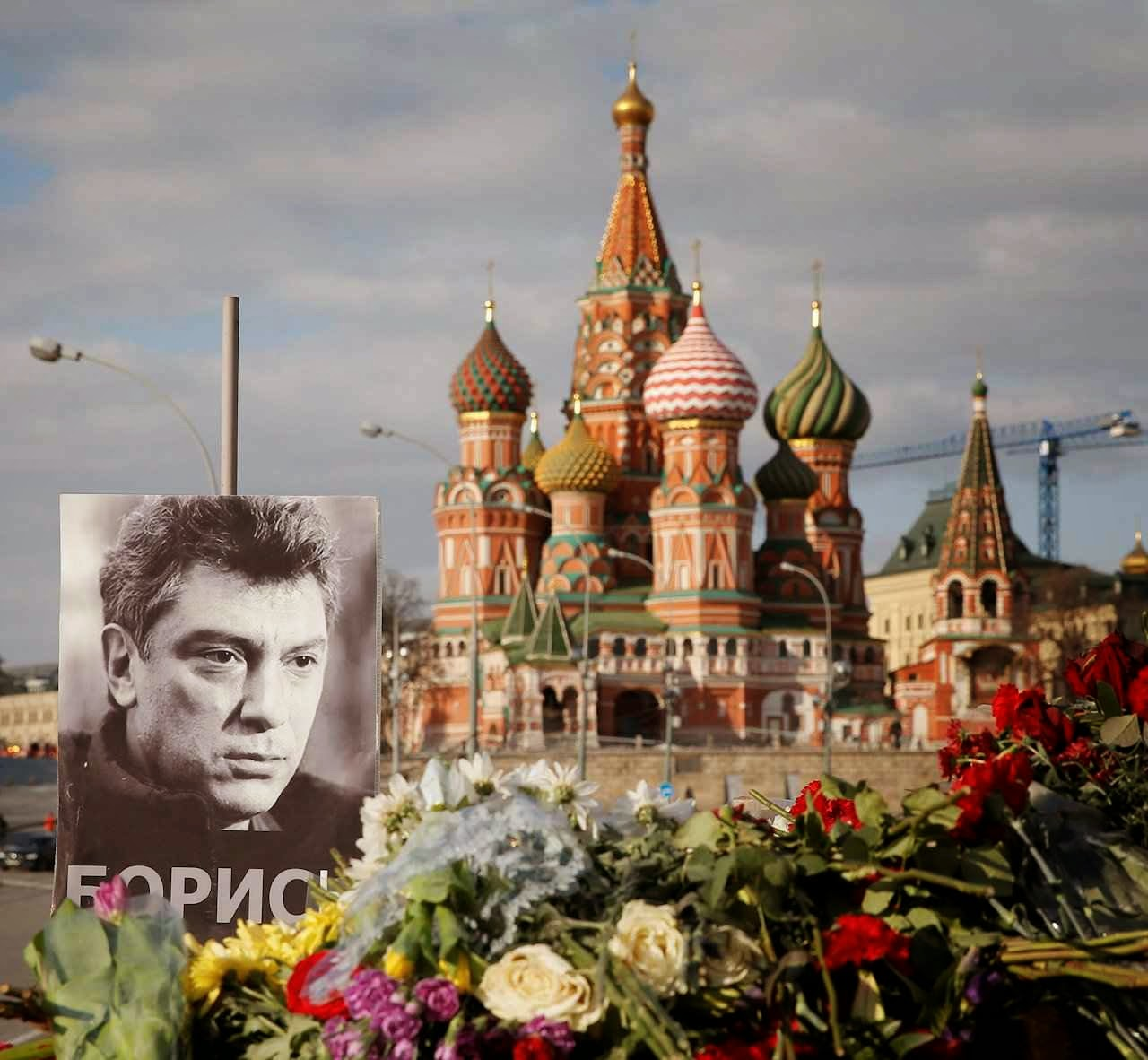 Retrato de Boris Nemtsov rodeado de flores  no local onde foi morto como morrem os opositores do regime