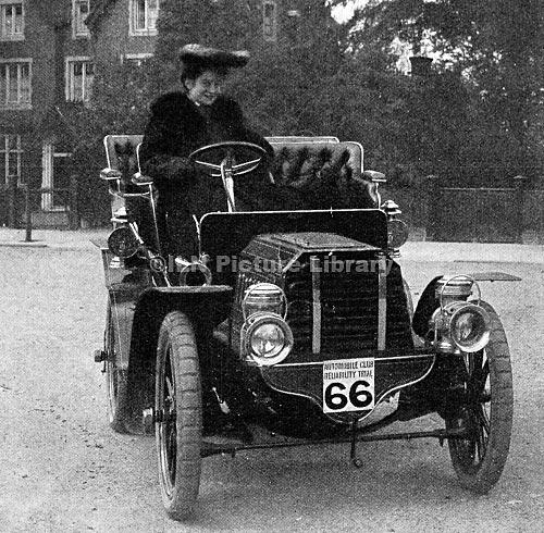 ---La vida en el siglo pasado--- Miss_Dorothy_Levitt_%2526_the_12h.p._Gladiator_car_which_she_drove_in_a_series_of_reliability_trials_in_1903
