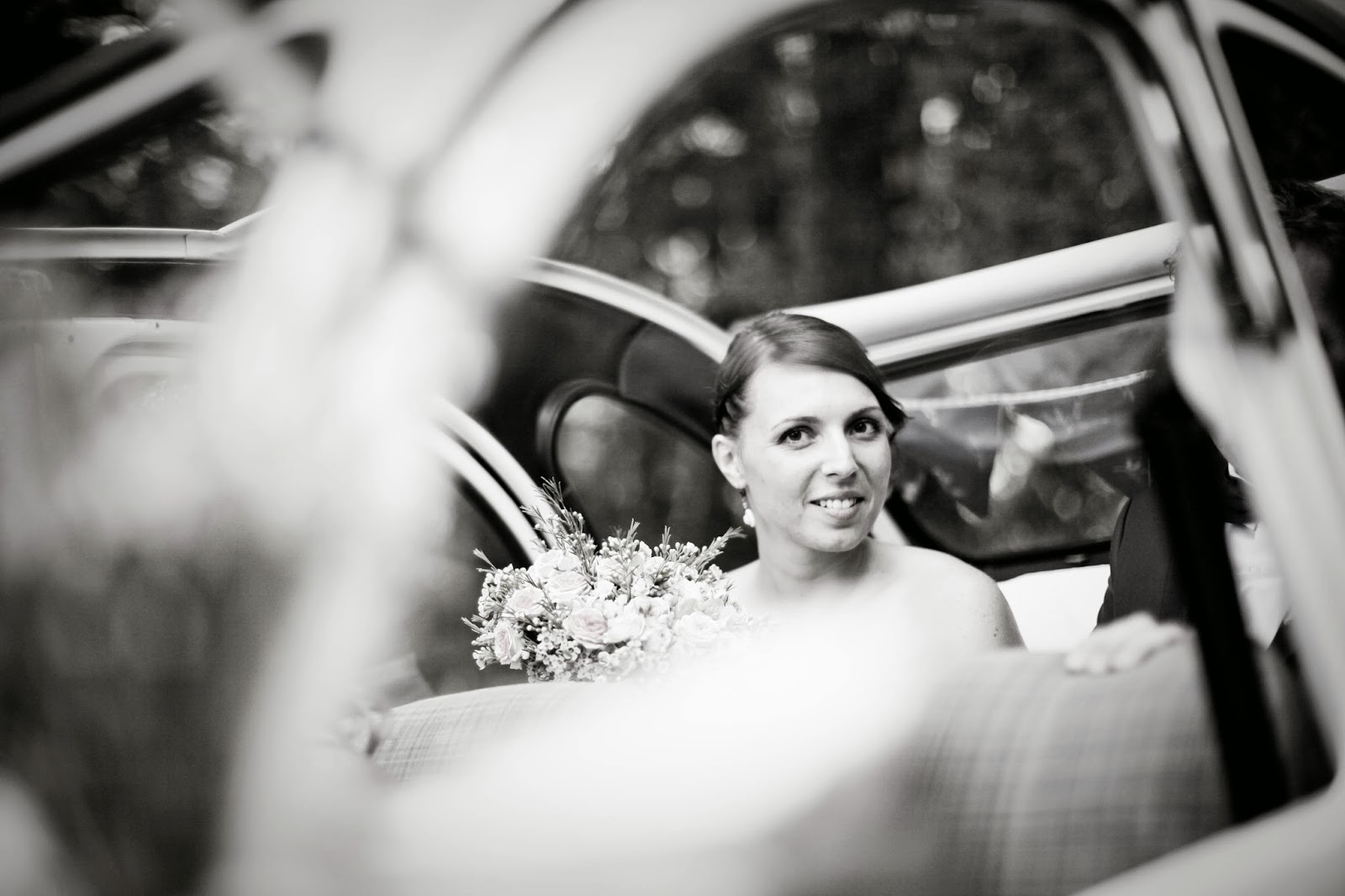 The bride in vintage French car - Wedding photography by Elisabeth Perotin