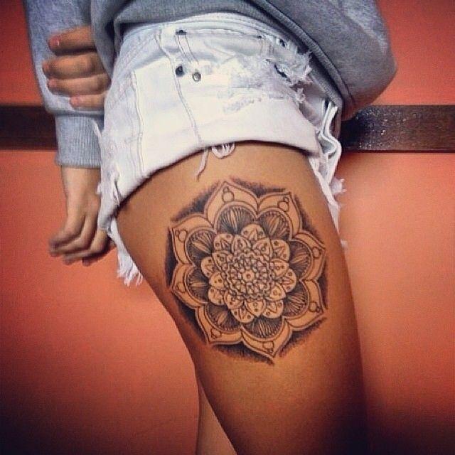 tatuaje femenino de mandala en pierna