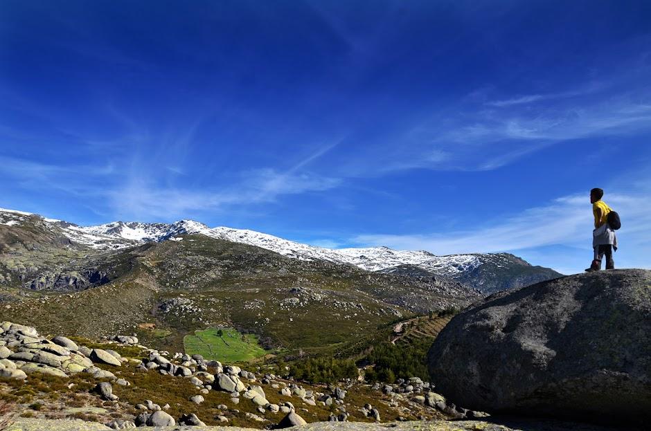 un senderista contempla la sierra de Béjar