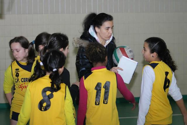 El Miguel de Cervantes Alevín B recibiendo instrucciones de su entrenadora Celeste