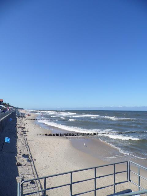 Plaża i promenada nad nią w Sarbinowie Morskim w Gminie Mielno (widoczny fragment zejścia z udogodnieniami dla inwalidów)