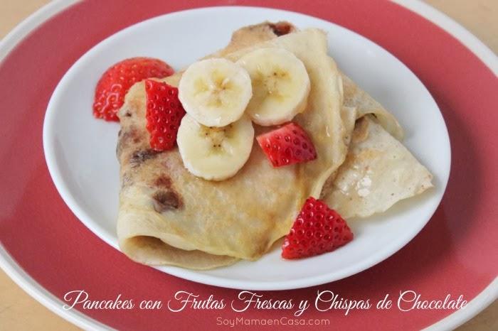 rico desayuno pancakes frutas y chispas de chocolate