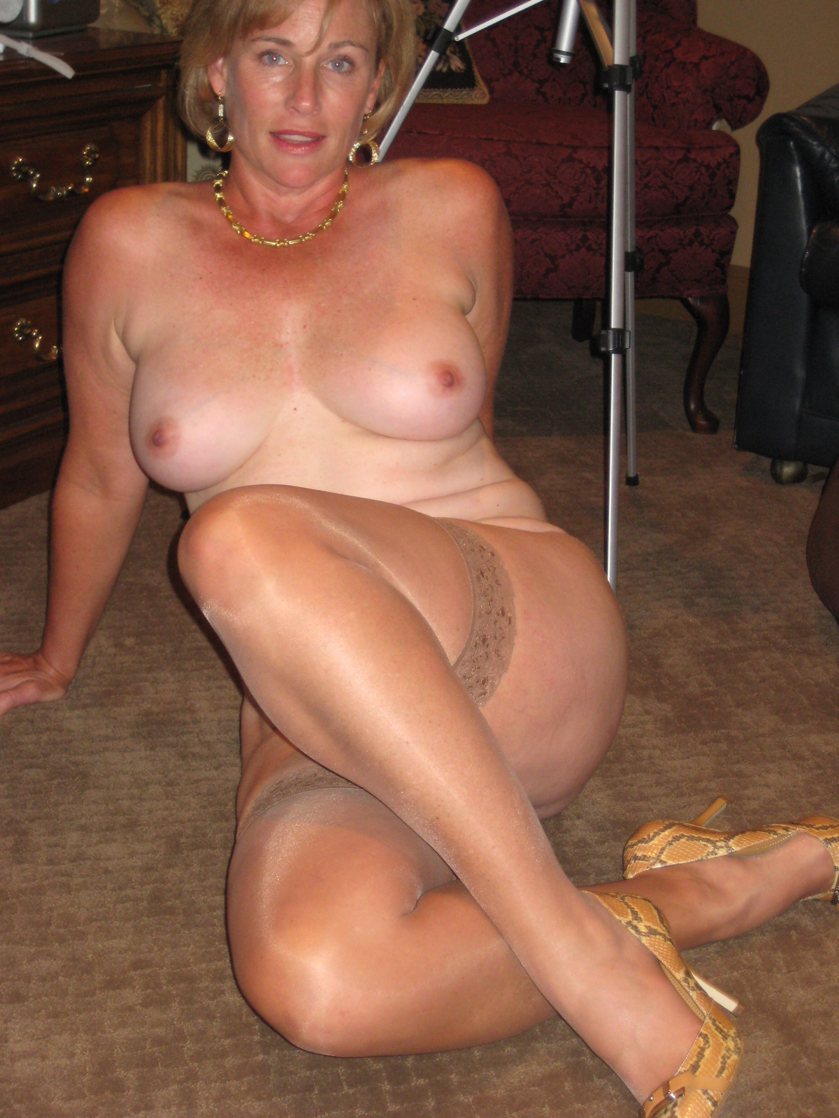 Nude milf in stockings