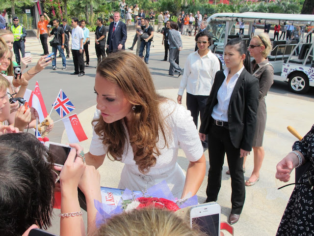 Duchess+of+Cambridge+Singapore+visit+Blow+a+Kiss