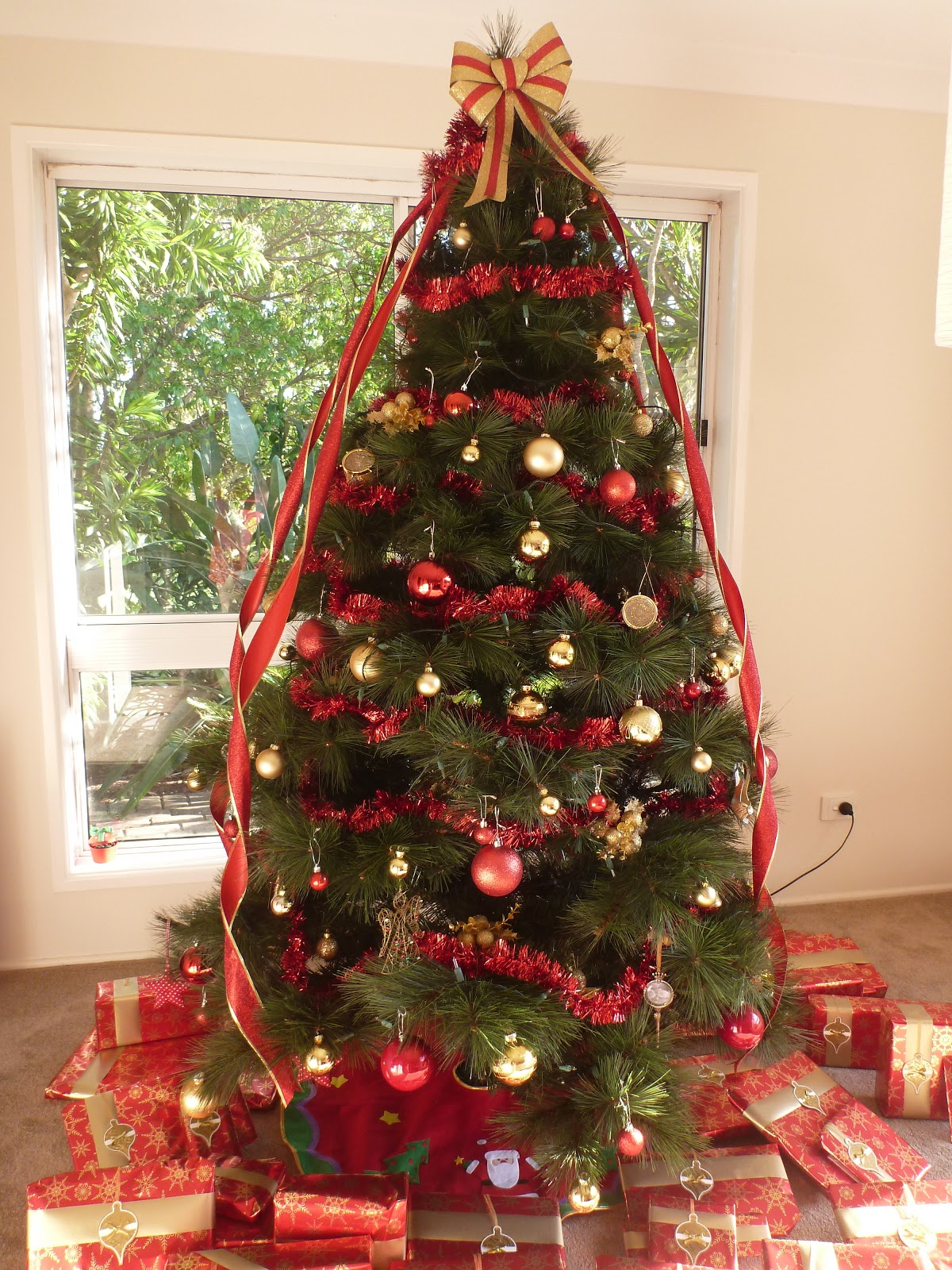 Cassadiva my red and gold christmas theme 2012 for Red gold christmas tree decorating ideas