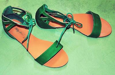 Grasgrüne Sandalen