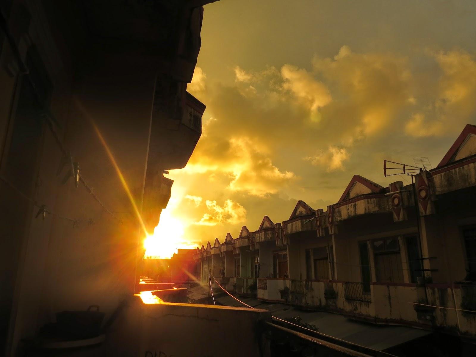 fotolepas Senja Di Antara Bangunan Kota
