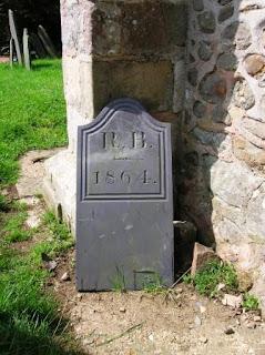 Churchyard Geocaching - Cache behind a gravestone