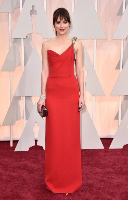 Дакота Джоунс в червена рокля с едно рамо на Оскари 2015