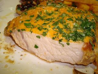Chuleta de cerdo jugosa queso champiñones patatas fritas