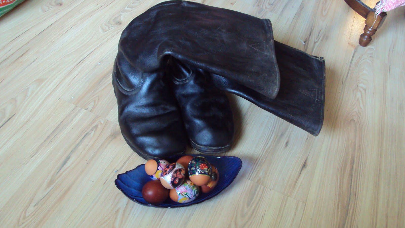 Сапогом по яйцам 1 фотография