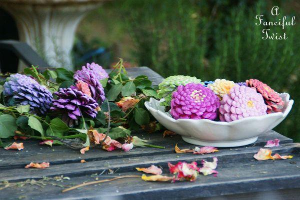 diy un bouquet de zinnias avec des pommes de pin initiales gg. Black Bedroom Furniture Sets. Home Design Ideas