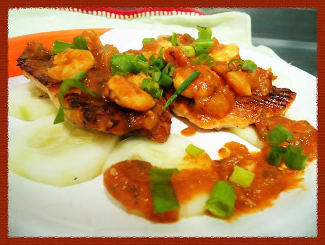 Salmão no molho de camarão, pronto para servir