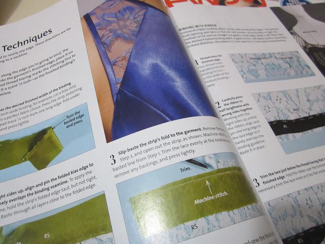 Revista con consejos de costura terminaciones para un vestido de encaje