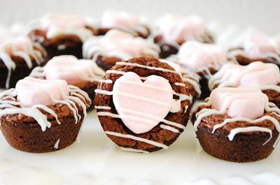 Шоколадные кексы с клубничным зефиром
