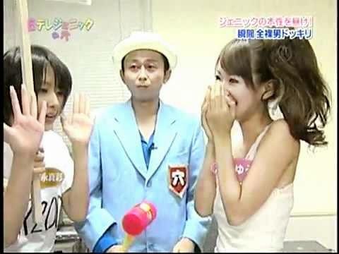 Il arrache ces vêtements devant des japonaises super cute