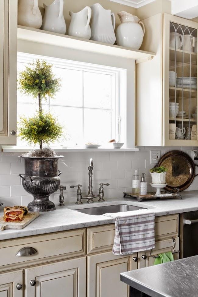 styl klasyczny, białe wnętrza, shabby chic, bielone meble, beżowa kuchnia