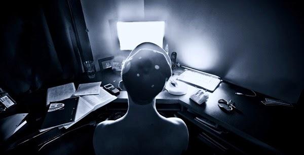 هل ضوء الشاشة في أجهزة الحاسوب والهواتف الذكية يمكن أن يلحق ضررا بأعيننا؟