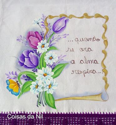 pano de copa com pergaminho, tulipas e borboletas