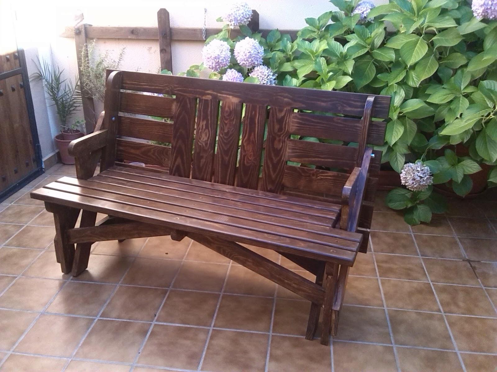 Entre virutas mesa de jardin transformable en banco for Banco madera jardin