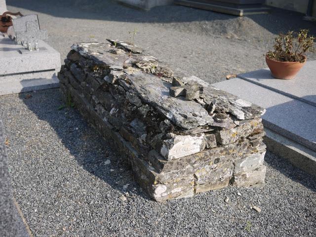 une tombe de schiste à Saint-Ganton, dans le cimetiere qui entoure l'église