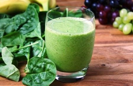 عصير السبانخ من المشروباتِ الصحّية التي تُعزز فقدان الوزن. يُطهر الأمعاء، وبالتالي فهو يزيل الوزن الزائد من الجسم
