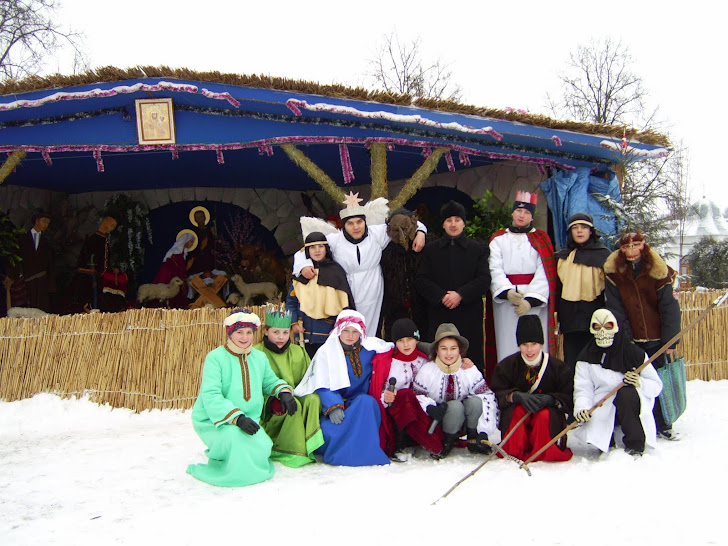 Біля церкви зараз приготовляється Різдвяна шопка - Український Вертеп