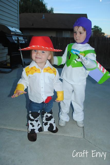 http://1.bp.blogspot.com/-IWrwbIwGYCw/UI36CihszXI/AAAAAAAACp8/tej4oedPfxw/s640/buzzlightyear&Jessie+costume.jpg