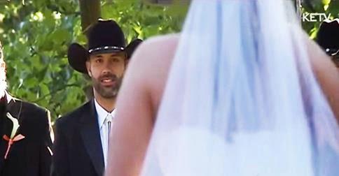 de la cintura para abajo sorprende a su novio caminando hacia el altar