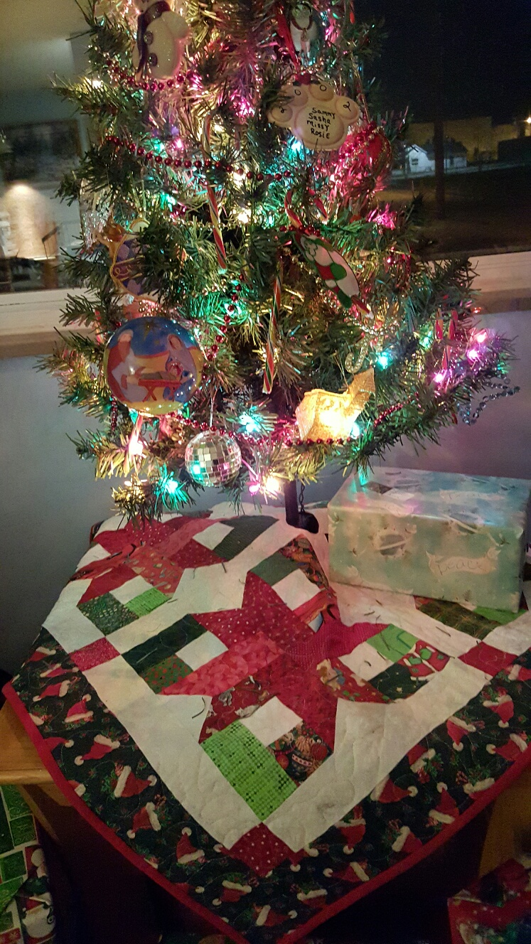 Debbie s kitties and quilts finished my christmas tree skirt