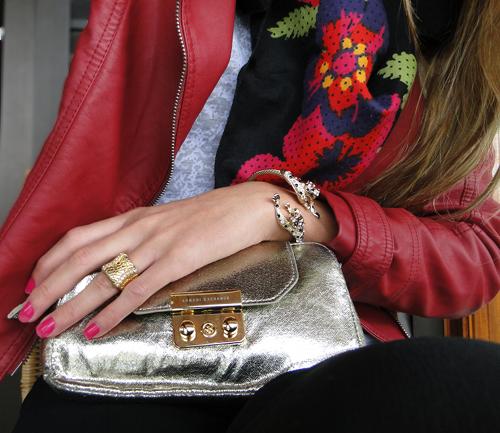 bolsa-dourada-e-bracelete-de-onca