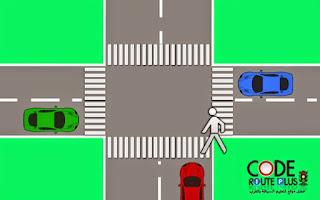 السيارة الزرقاء من بعدها الراجلين عاد يمكن لسيارة الحمراء عاد في الأخير السيارة الخضراء.