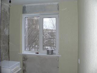 флизелиновые обои у окна