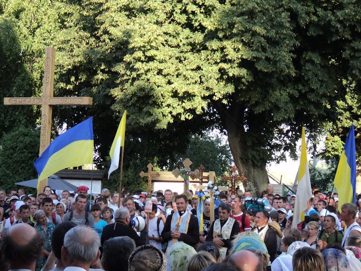 Прочан,які прийшли на прощу із карпатських гір  привітав пр.владика Василій Семенюк