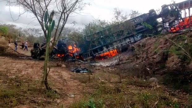 Após a colisão frontal os veículos pegaram fogo e as vítimas ficaram carbonizadas (Foto: Portal Cleriston Silva)