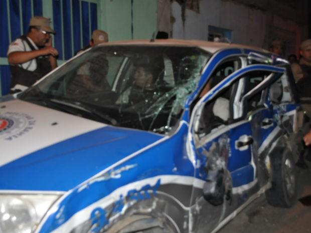 Viatura é arressada contra poste na Bahia  (Foto: Danuse Cunha /Site: Itamaraju Notícias)