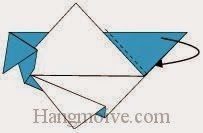 Bước 7: Gấp chéo tờ giấy về phía đằng sau.