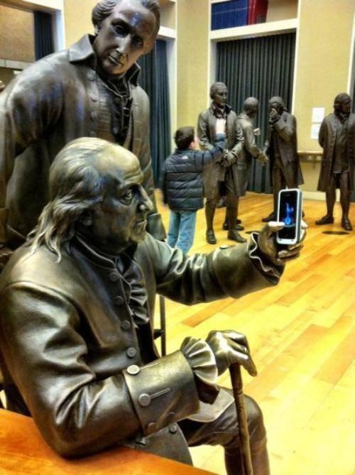 статуя и айфон