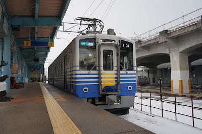 えちぜん鉄道福井駅に停車するMC6001形