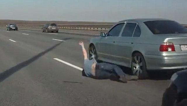Lelaki tersebut jatuh disisi keretanya